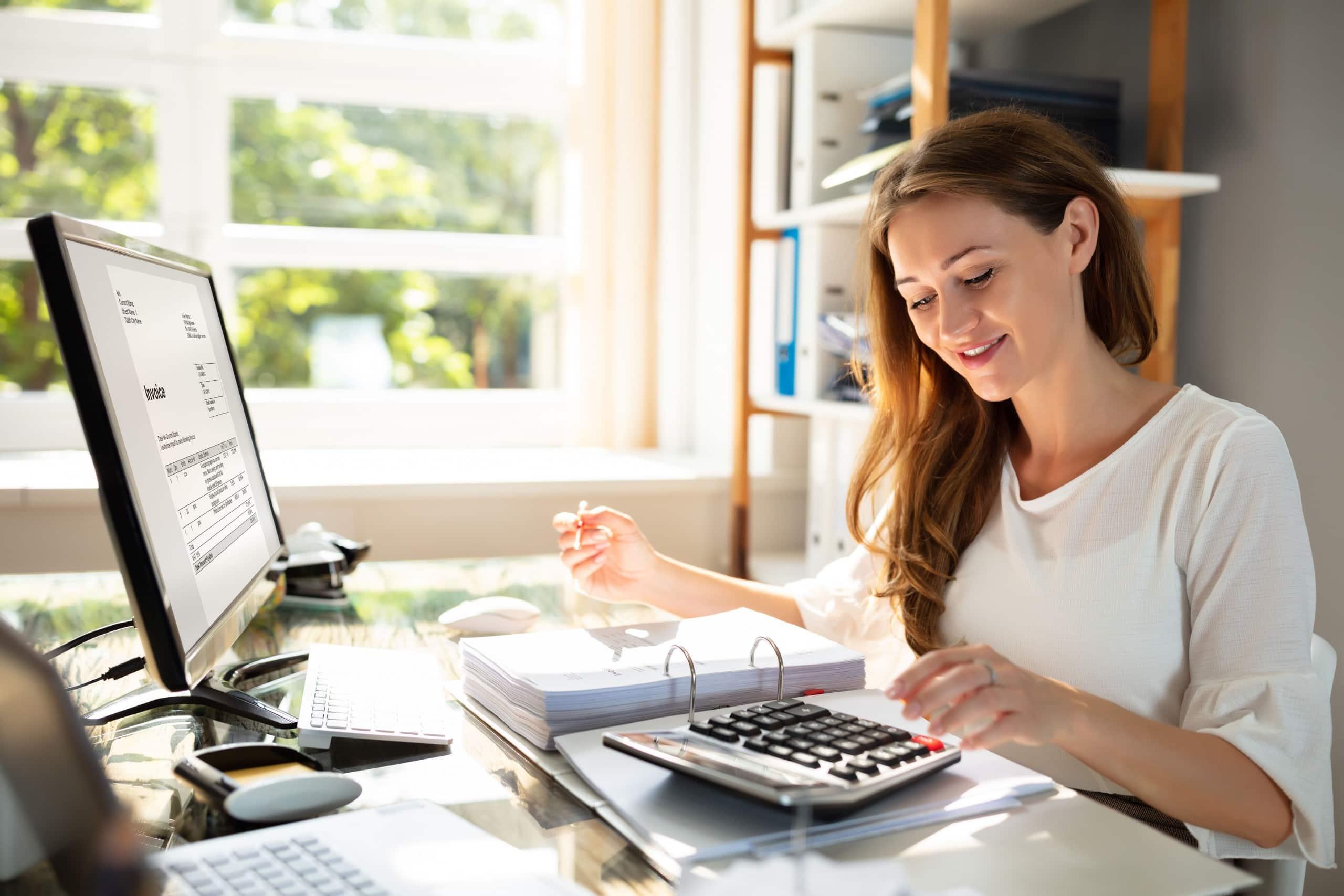 Steuerberatung Bogenhausen Frau sitzt am Schreibtisch